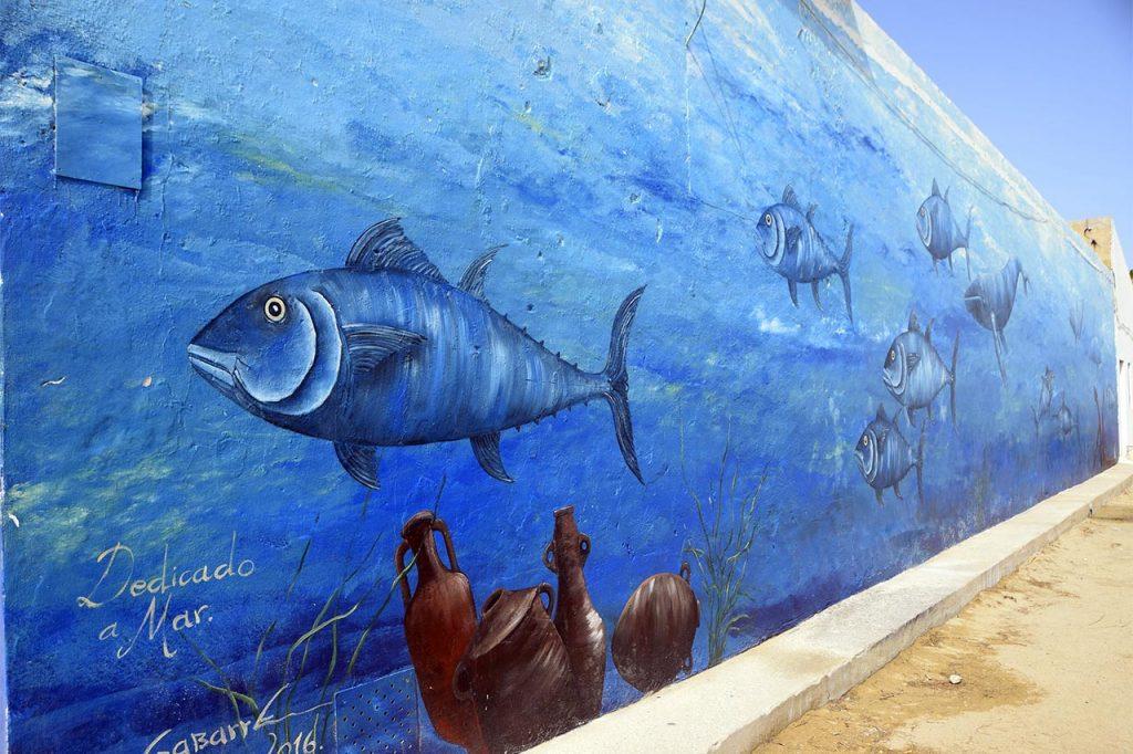 Mural decorativo alusivo a los atunes realizado en Sancti Petri